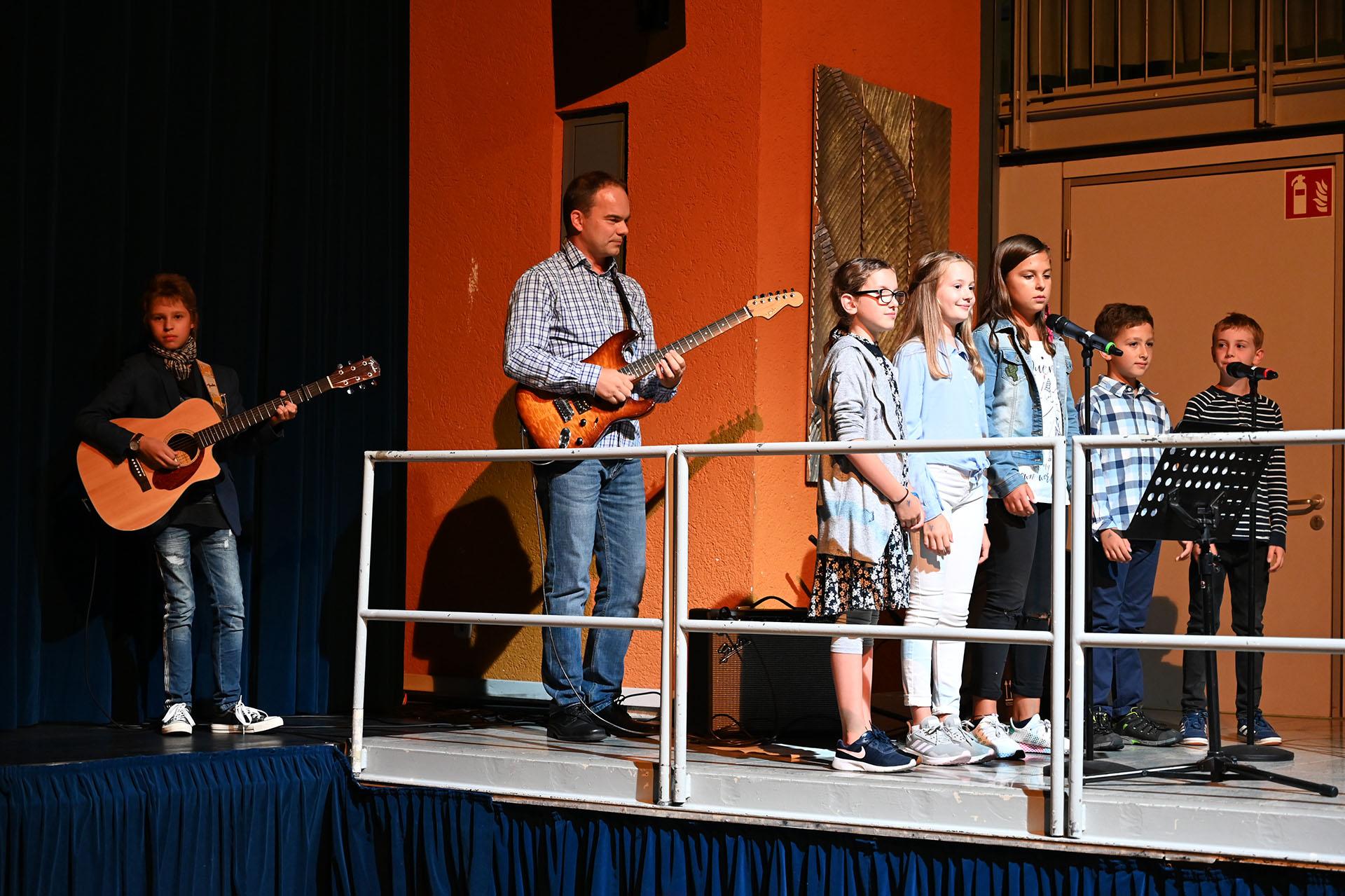 Vor dem Vortrag wurde ein Friedenslied von Kindern des Kulturvereins Kurpfalz e.V. dargeboten