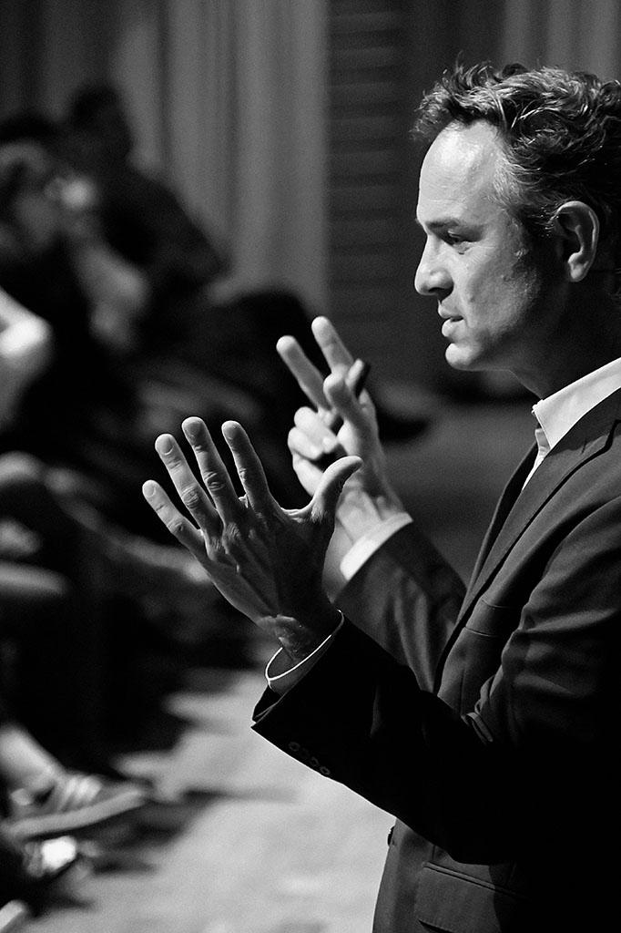 Dr. Daniele Ganser erläutert wichtige Aspekte der Medienmanipulation