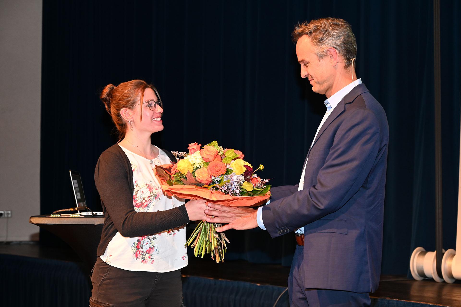 Blumen für Dr. Daniele Ganser nach seinem Vortrag