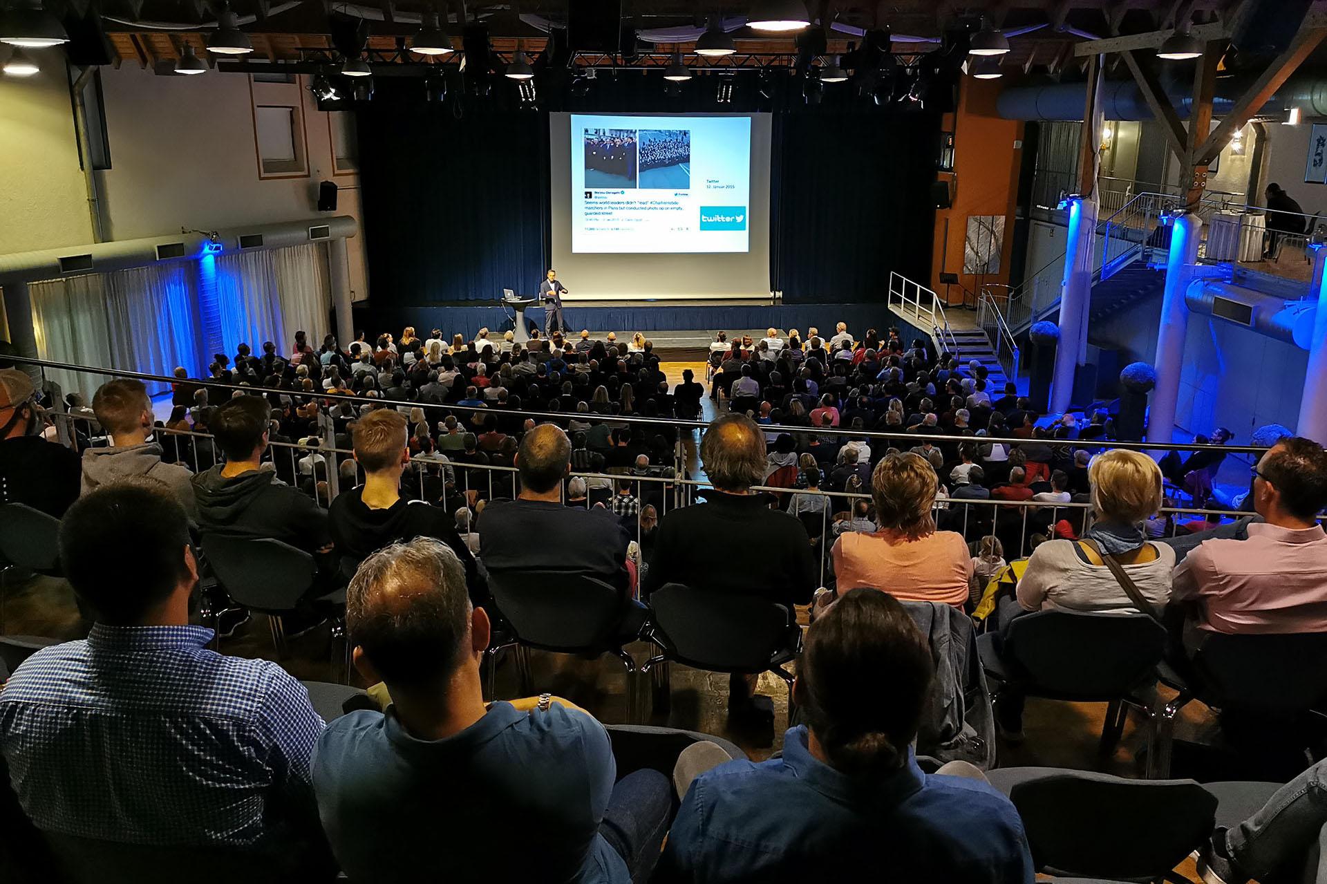 Volles Haus beim Vortrag von Dr. Daniele Ganser